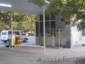 ДВА МАГАЗИНА на автобусной остановке
